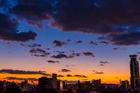 夕暮れの街の空