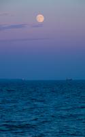 瀬戸内の海から昇る月
