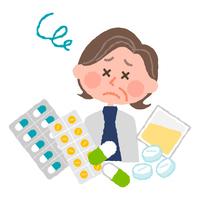 たくさんの薬にうんざりする高齢の女性