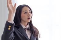 挙手をする女学生