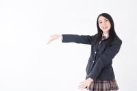 腕を広げる女学生
