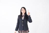 上を指差す女学生