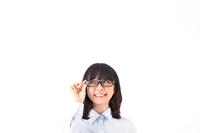 眼鏡をかけた笑顔の女性
