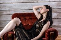ソファに座るロングヘアーの女性