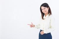 指をさす女性社員