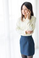 スマートフォンで通話するビジネスウーマン