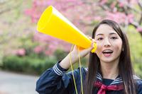 メガホンを持って応援する学生