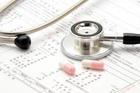 医療イメージ―聴診器とカルテと薬