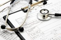 医療イメージ―聴診器とカルテ