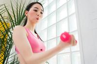 トレーニングをする若い女性