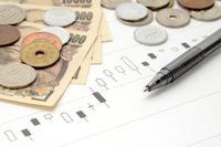 株価のチャートとボールペン
