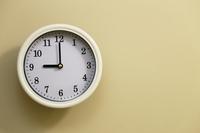 部屋の掛け時計の時間が9時