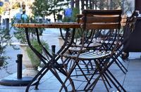 公園の休憩所の椅子とテーブル