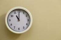 掛け時計の時間が11時