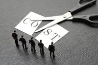 コストのカットを考えるビジネスチーム