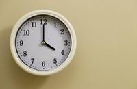掛け時計の時間が4時