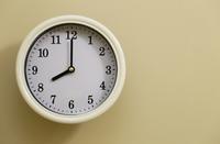 掛け時計の時間が8時