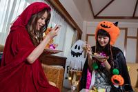 ハロウィンパーティーを楽しむ女性2人
