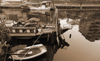 川の両岸に停泊している船