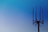 青空と携帯電話の基地局のアンテナ