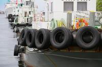 横浜港に停泊しているタグボートとタイヤ
