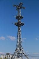 青空とラジオ放送局のアンテナの鉄塔