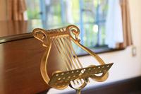 部屋の音符模様の金属の楽譜台