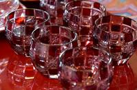 テーブルの上の深紅のガラスのコップ