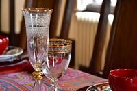 部屋のテーブルの上の金色の縁のグラス