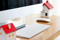 パソコンの前の家の模型