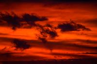 朝焼けと横切る流れ雲