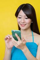 スマートフォンでネットショッピングをする若い女性