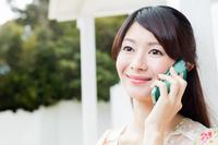携帯電話で通話する若い女性