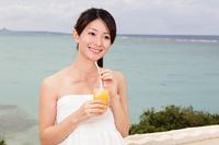 展望スポットでジュースを飲む女性観光客