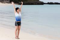 リゾート ビーチを散歩する女性観光客