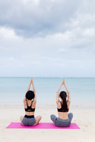 ビーチでヨガをする女性たち