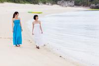 ビーチを歩く二人の女性観光客