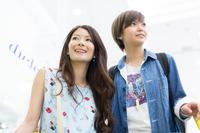 女性買い物客 ショッピングイメージ