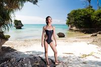 真夏のビーチ 女性ポートレートイメージ