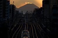 夕焼けと電車と富士山