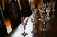 部屋のテーブルの上の沢山のワイングラス