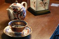 テーブルの上のお茶のカップとポット