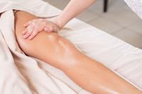 フットマッサージを受ける女性の足
