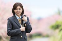 卒業証書ホルダーを持つ女学生