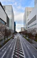 横浜市のビジネス街と道路の光景