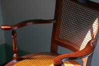 光の照らす部屋の木製の椅子