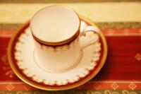 テーブルの上のお茶のカップとソーサー