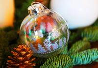 クリスマスの飾り付けのカラフルな玉