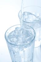グラスの氷水