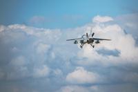 滑空する航空自衛隊練習機T-4